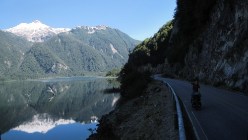 Cycling with perfect reflections in Lago Las Torres