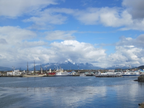 The port of Ushuaia. THe posh sailing boat in the middle is taking our friends (EMilien and Xinhan) firstly to Antartica and then Cape Town: Lucky them!